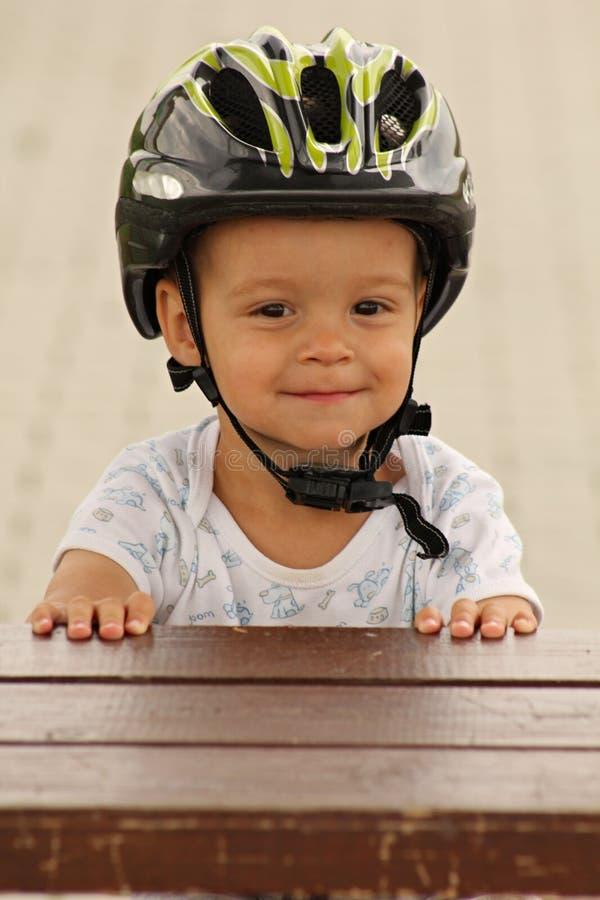 Casse-croûte de cycliste de petit garçon photo libre de droits