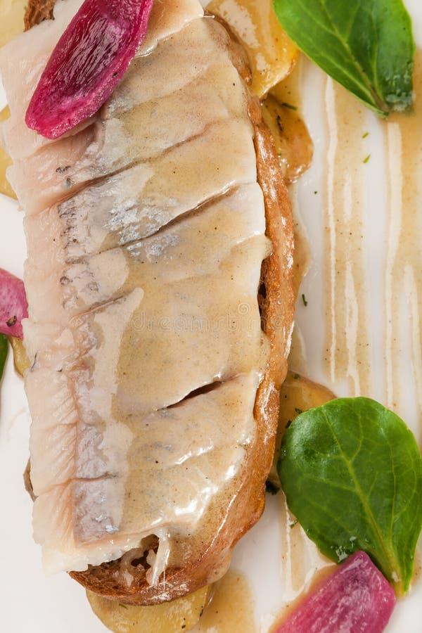 Casse-croûte en gros plan des harengs de marinade avec de la sauce à moutarde images libres de droits