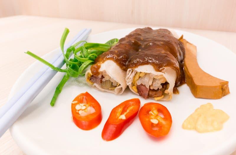 Casse-croûte frais thaïlandais de petit pain de ressort avec de la sauce photos stock