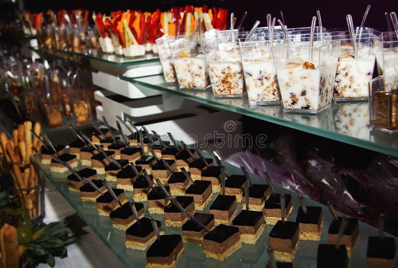 Casse-croûte froids au buffet photos stock