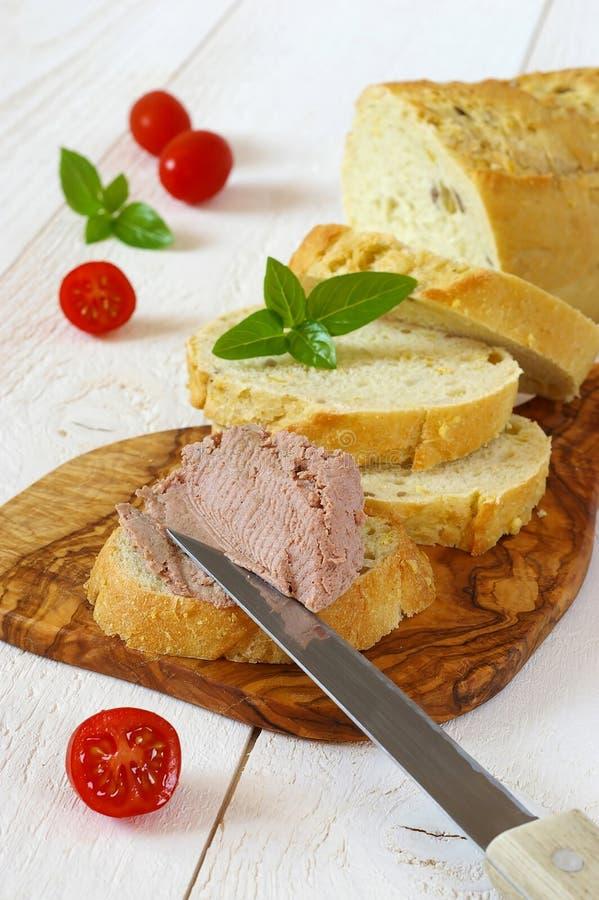 Casse-croûte : Pain français de maïs, pâté et trois tomates photographie stock libre de droits