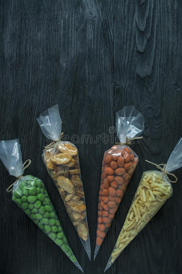 Casse-cro?te pour la bi?re Placez pour la bi?re ?crous, biscuits, pommes de terre frites dans les bandes Vue de ci-avant L'espace image stock