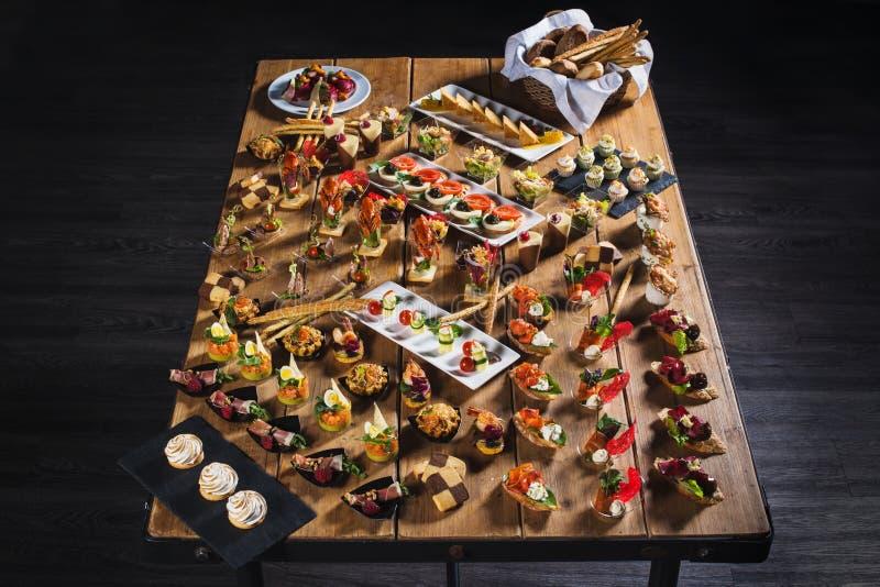 Casse-croûte réglés Brushettas, canapes, salades, desserts, tartelettes, oys images stock