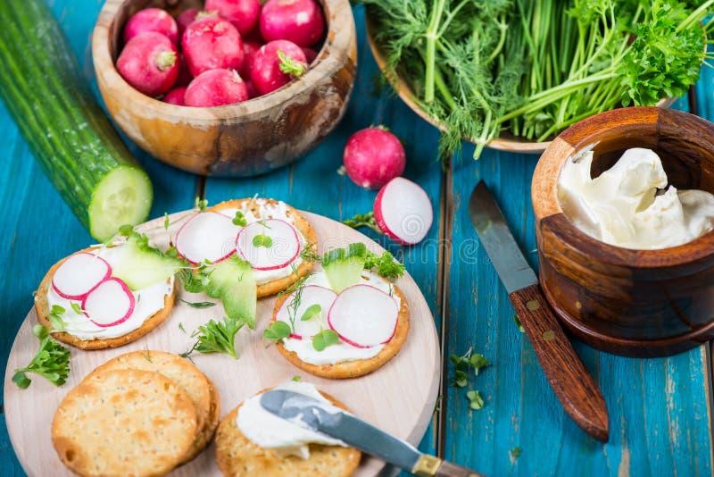 Casse-croûte sains, biscuits avec le fromage blanc et légumes frais photos libres de droits