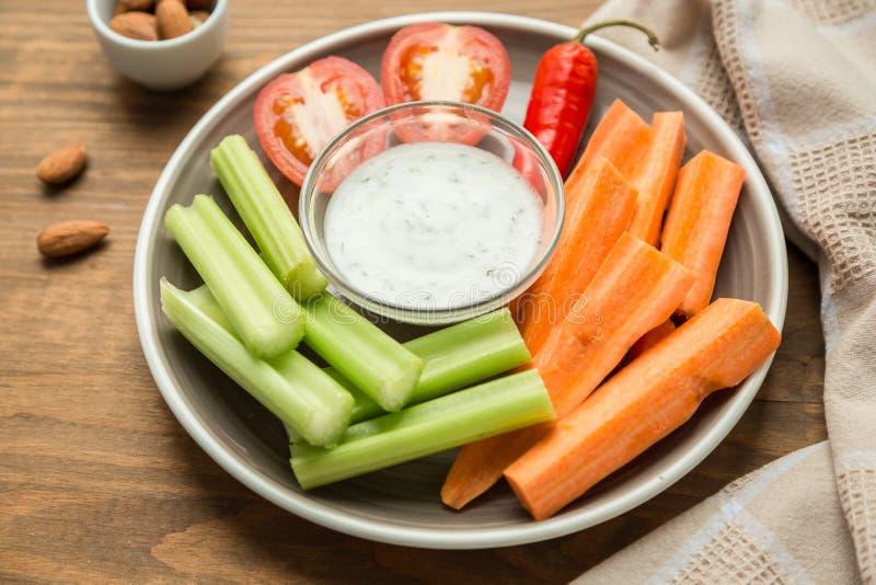 Casse-croûte sains végétariens, casse-croûte végétal : carottes, céleri, Tom image libre de droits