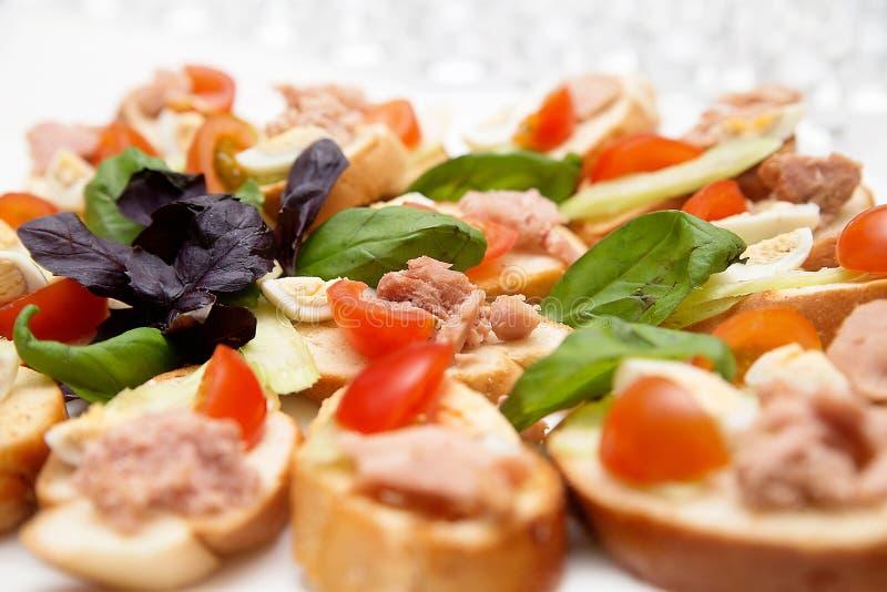 Casse-croûte savoureux avec les oeufs, la tomate et le pâté photos stock