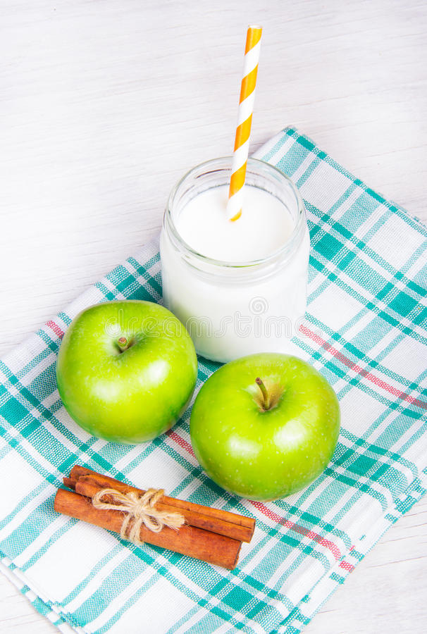 Casse-croûte utile, pommes vertes et yaourt fait maison avec de la cannelle images libres de droits