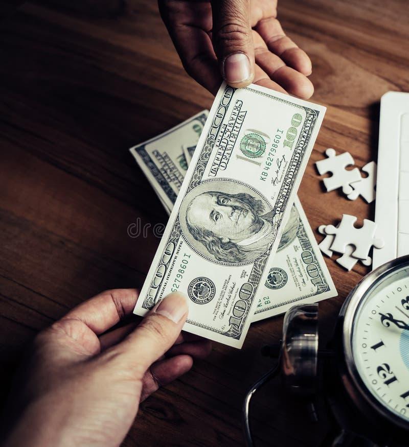 Casse-tête et temps d'horloge pour le succès financier d'affaires images libres de droits