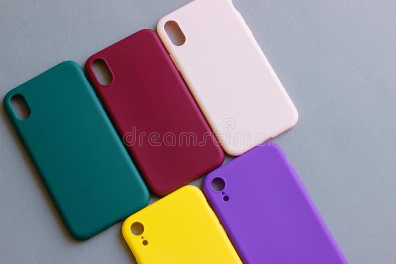 Casse variopinte del silicone per il vostro smartphone fotografie stock libere da diritti
