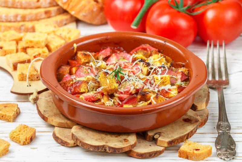 Casserole ψωμιού με τις ντομάτες και λουκάνικα με το τυρί και τα χορτάρια στοκ εικόνα με δικαίωμα ελεύθερης χρήσης