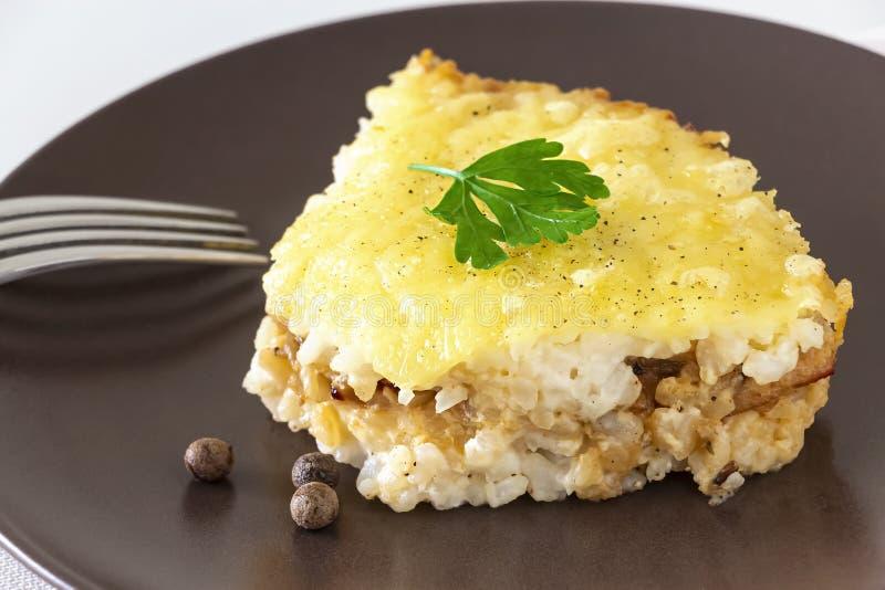 Casserole ή ρυζιού και τυριών πίτα με τον κιμά Υγιές διαιτητικό μεσημεριανό γεύμα ή γεύμα E r στοκ εικόνες