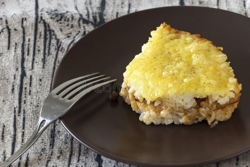 Casserole ή ρυζιού και τυριών πίτα με τον κιμά Υγιές διαιτητικό μεσημεριανό γεύμα ή γεύμα E r στοκ φωτογραφία με δικαίωμα ελεύθερης χρήσης