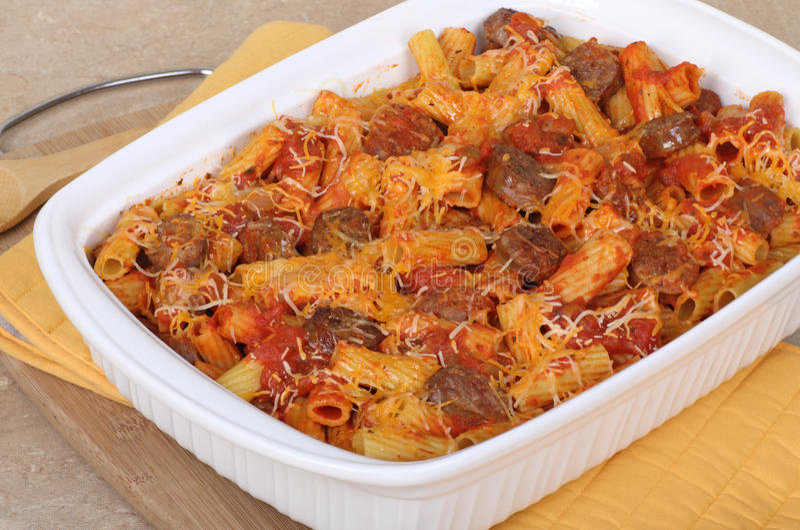 casserole λουκάνικο ζυμαρικών στοκ φωτογραφία με δικαίωμα ελεύθερης χρήσης