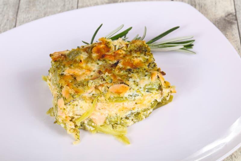 Casserole aspida com salmão e brócolis imagem de stock