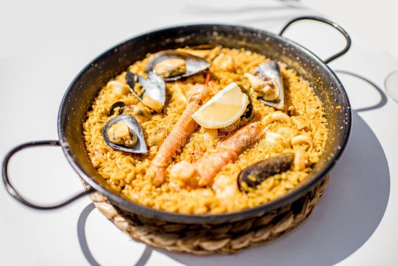 Casserole avec la Paella Valencian de plat de riz photos libres de droits