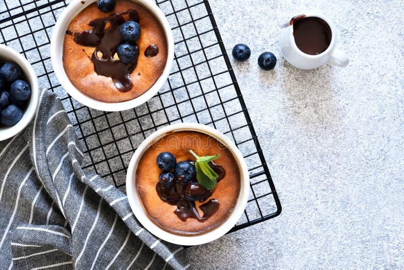 Casserole com chocolate em uma mesa de concreto imagem de stock