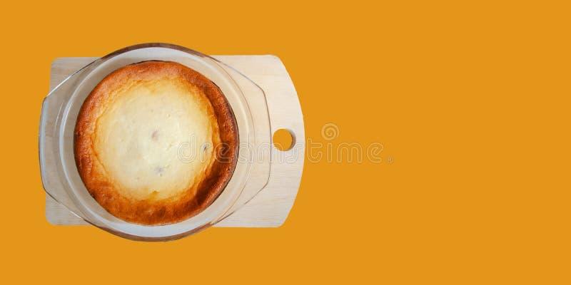 Casserole för hemmaad söt stuvning i glaspisk på plattlägg av trä Tasty morgon frukostbrunch top view arkivfoto