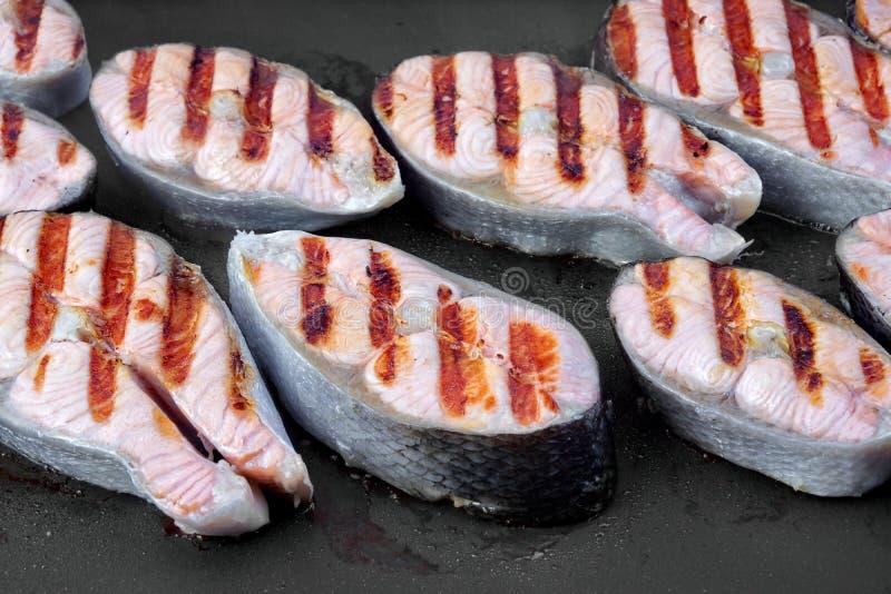 Casserole grillée de Salmon Steaks On The Hot photographie stock