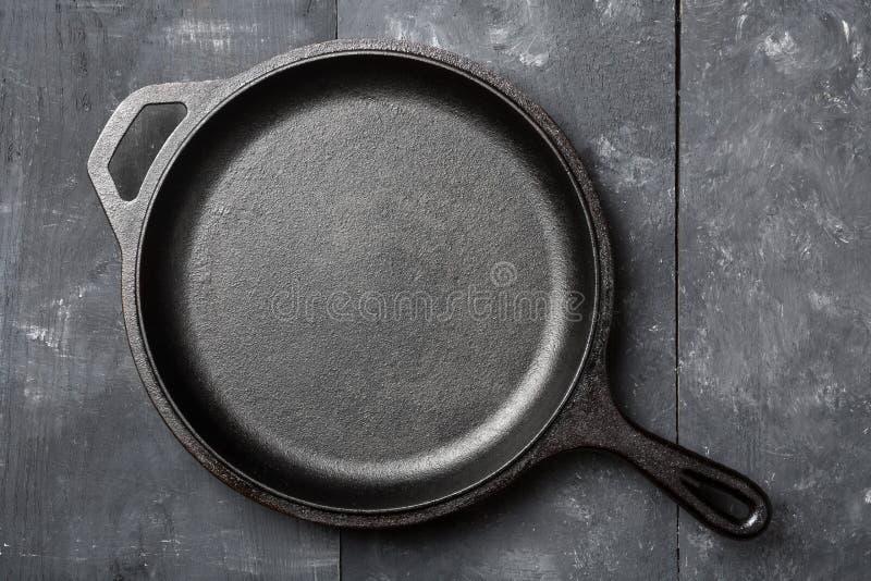 Casserole noire vide et propre de fonte ou vue supérieure de four néerlandais d'abo images stock