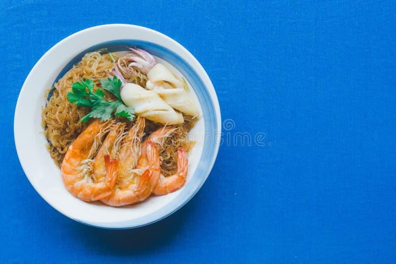 Casseroledgarnalen en pijlinktvis met glasnoedels stock foto