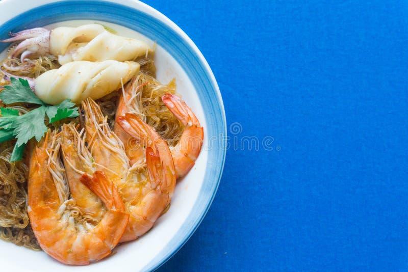 Casseroledgarnalen en pijlinktvis met glasnoedels stock afbeeldingen