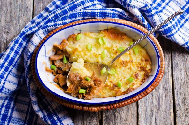 casserolen plocka svamp potatisar royaltyfri foto