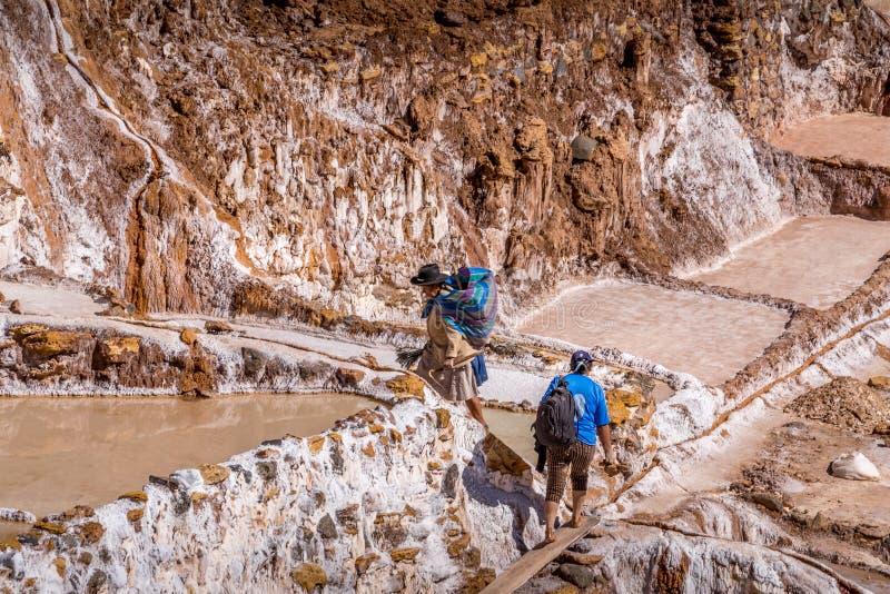 Casseroles d'extraction de sel au Pérou image stock