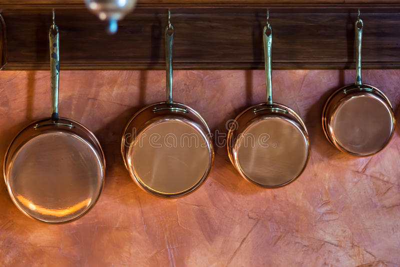 Casseroles de cuivre réglées dans la cuisine traditionnelle photos libres de droits