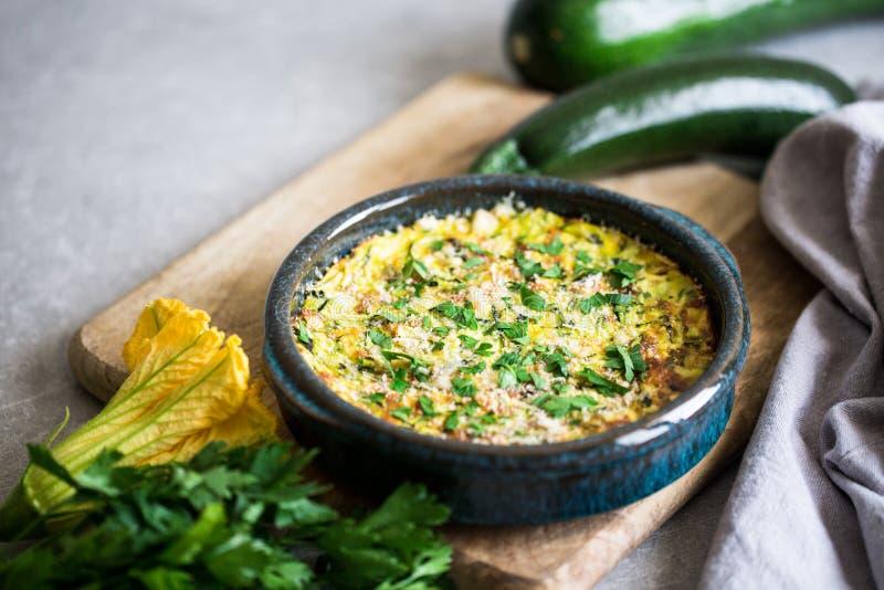 Casseruola al forno con formaggio e lo zucchini fotografia stock libera da diritti