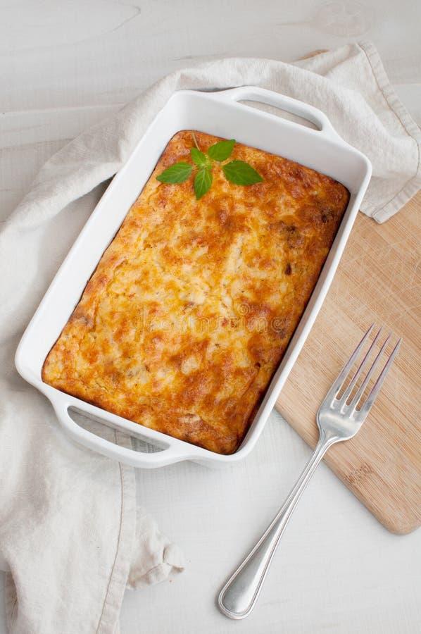 Casseruola casalinga del gratin con le uova ed il formaggio immagini stock