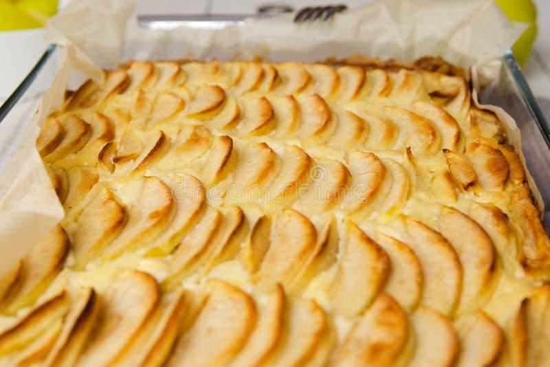 Casseruola casalinga della ricotta con le mele Senza zucchero Il concetto di cibo sano, perdita di peso, cottura adeguata, dieta  fotografia stock libera da diritti