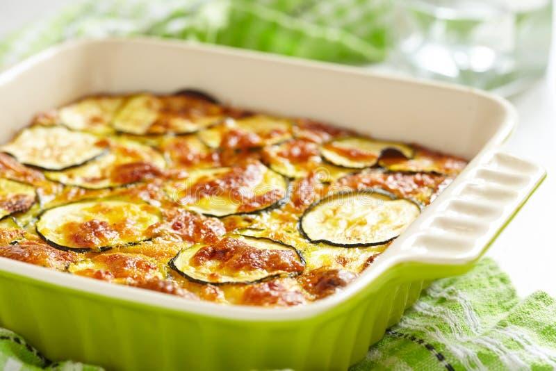 Casseruola con formaggio e lo zucchini nel piatto di cottura fotografia stock libera da diritti