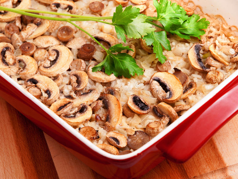 Casseruola dei funghi e del riso immagine stock
