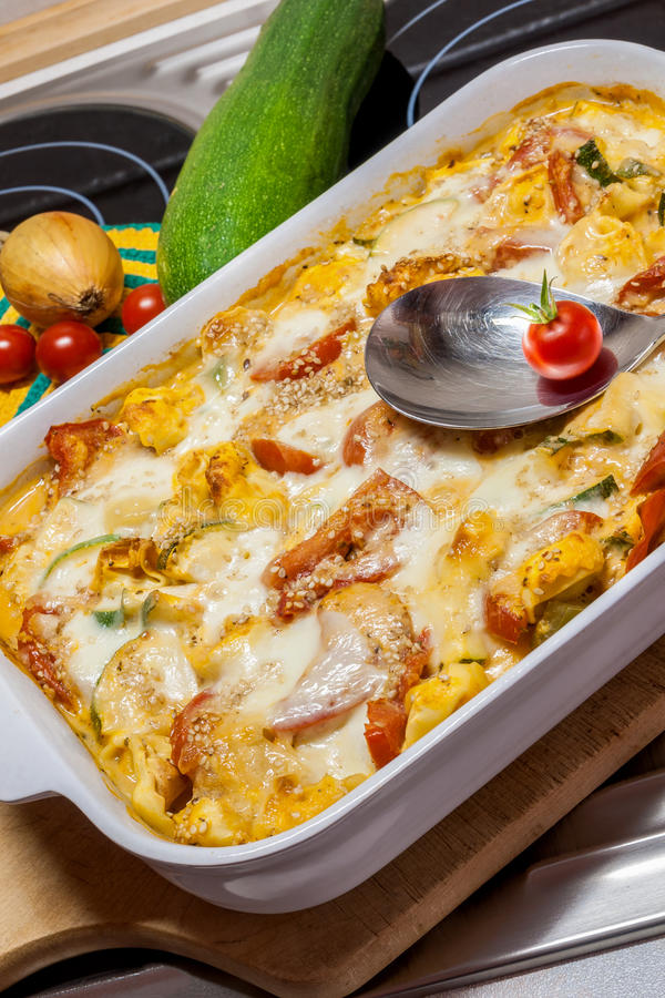 Casseruola dei tortellini con i pomodori e lo zucchini fotografie stock