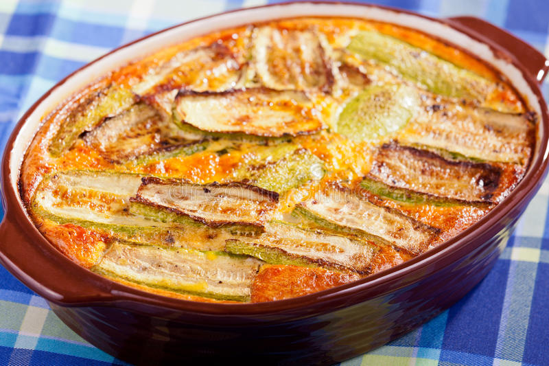 Casseruola della melanzana, dello zucchini e del formaggio fotografie stock libere da diritti