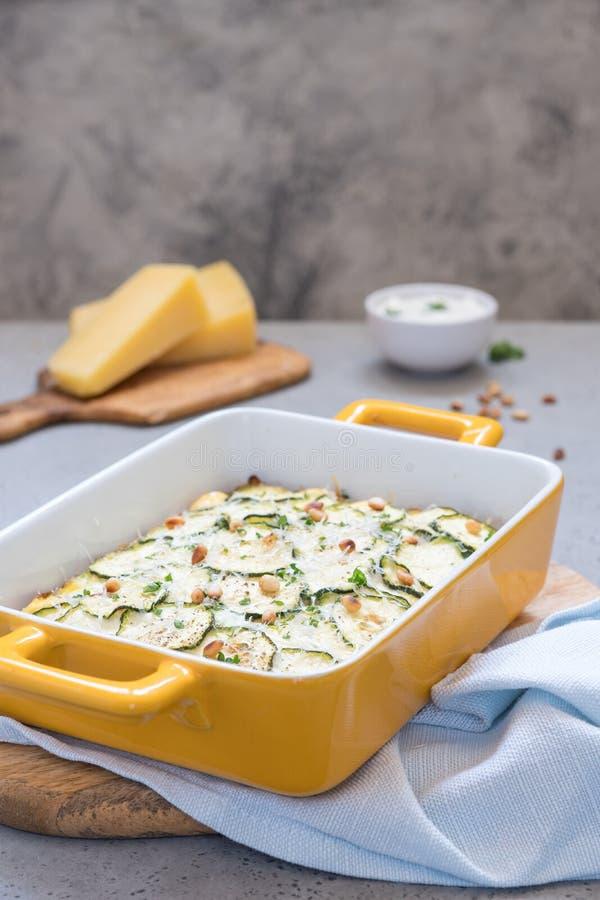 Casseruola dello zucchini con formaggio immagini stock