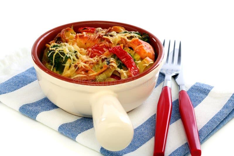 Casseruola di pasta, delle verdure e del formaggio. fotografia stock libera da diritti