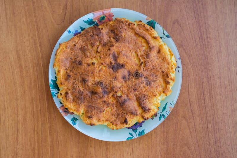 Casseruola su un piatto sulla tavola di legno fotografie stock libere da diritti