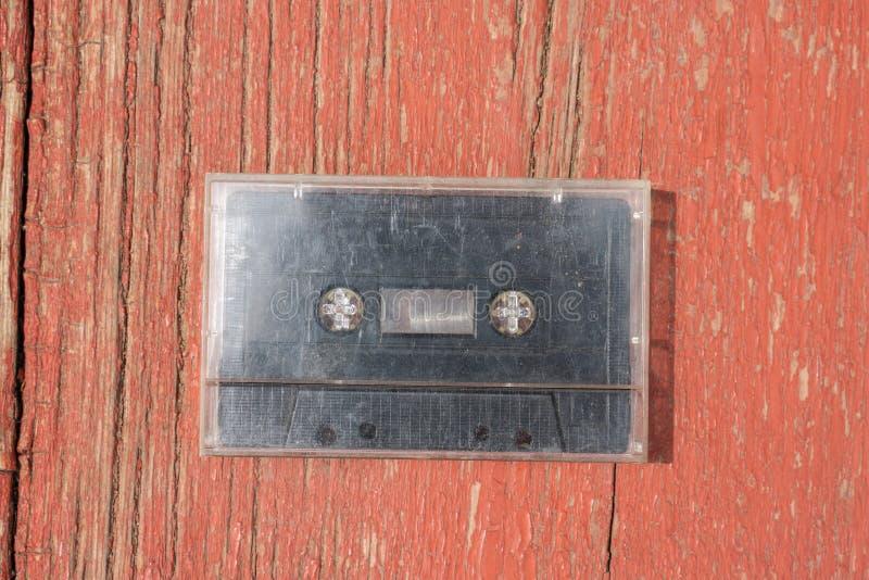 Cassete áudio preta velha do filme em uma tabela de madeira fotos de stock royalty free