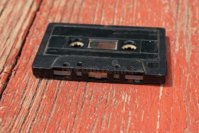 Cassete áudio preto antigo em uma mesa de madeira imagem de stock