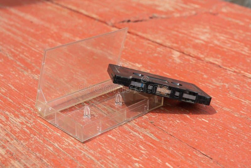 Cassete áudio preto antigo em uma mesa de madeira imagens de stock