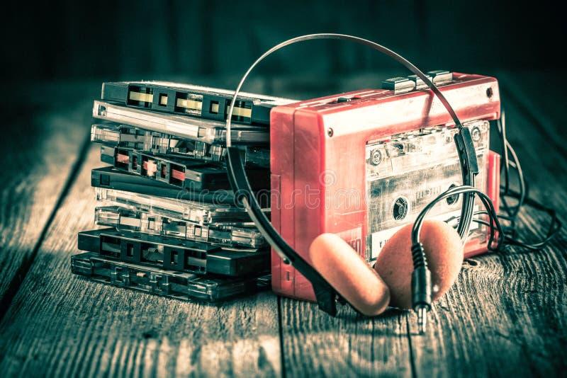 Cassete de banda magnética clássica com fones de ouvido e walkman fotos de stock royalty free