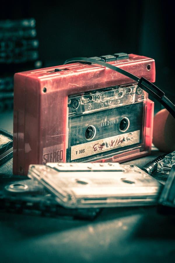 Cassete de banda magnética do vintage com walkman e fones de ouvido imagem de stock