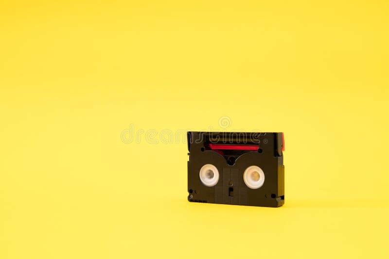 Cassete de banda magnética do vintage mini DV usada gravando o vídeo para trás em um dia Fita plástica, magnética, análoga do fil foto de stock royalty free