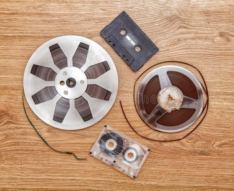 Cassete de banda magnética e carretel imagens de stock