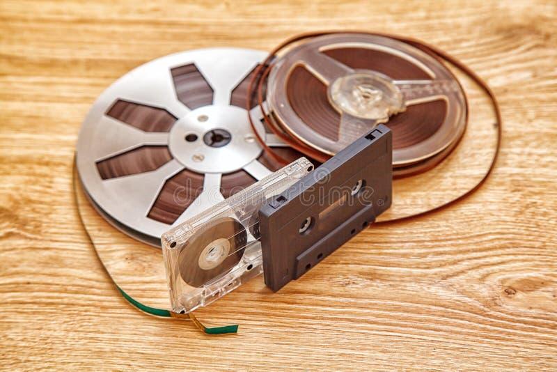 Cassete de banda magnética e carretel imagem de stock