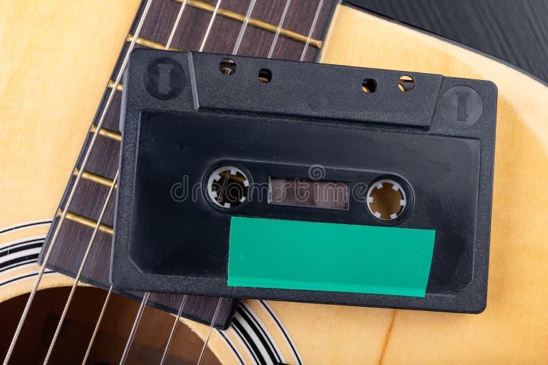 Cassete de banda magn?tica de guitarra ac?stica e Instrumento musical e portador velho da m?sica imagens de stock royalty free