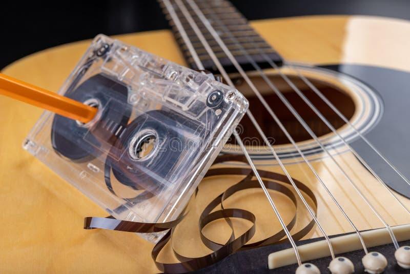 Cassete de banda magn?tica de guitarra ac?stica e Instrumento musical e portador velho da m?sica fotografia de stock