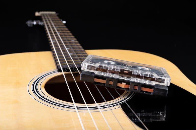 Cassete de banda magn?tica de guitarra ac?stica e Instrumento musical e portador velho da m?sica fotos de stock