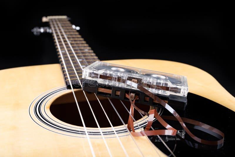 Cassete de banda magn?tica de guitarra ac?stica e Instrumento musical e portador velho da m?sica imagem de stock